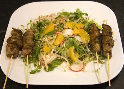Gekruide lamsspiesjes op Aziatische salade van Mr Ooijer