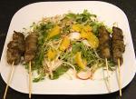 Gekruide lamsspiesjes op een aziatische salade